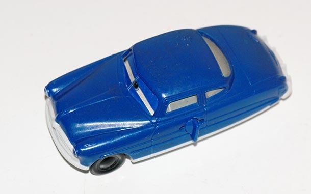 Auto auf Fussboden mit weissem Hintergrund